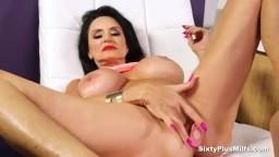 Une belle femme mature à gros seins avec un gode dans le cul et deux doigts dans la chatte - Vidéo porno - #01