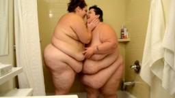 Une douche entre deux super grosses femmes lesbiennes - Vidéo porno - #02