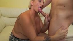 La grosse femme mature Orsina séduite par son jeune ami - Vidéo porno hd 1080p - #02