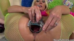 Speculum, prolapsus et ouverture anale extrême avec une blonde trop hallucinante - Film porno hd - #02