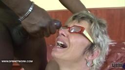 Mamie se fait éclater le cul et éjaculer sur les lunettes par un black - Vidéo porno hd