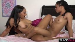 Scissoring et tribadisme entre deux petites lesbiennes noires - Film porno hd