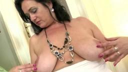 Le striptease d'une femme mature avant qu'elle se masturbe avec un long gode - Vidéo porno hd