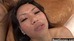 Cette asiatique reçoit une éjaculation faciale par un black - Film porno hd