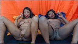 Deux fumeuses noires se relaxent entre femmes - Film porno hd