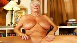 Une vieille grand mère avec des gros seins et la peau bronzée - Vidéo porno hd
