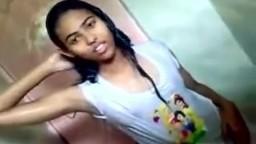 Il filme sa jeune copine indienne dans la douche - Vidéo porno