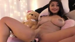 L'orgasme d'une jeune brune avec des gros seins parfaits masturbée par une machine à baiser - Vidéo porno hd