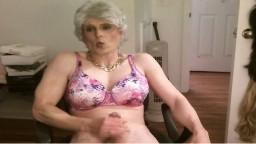 Un vieux travesti se branle et éjacule devant la webcam - Vidéo porno hd - #02