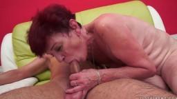 Angela Reed est une grand mère rousse aux cheveux courts qui s'amuse avec son jouet sexuel - Vidéo porno hd - #02
