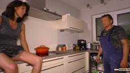 Une femme mature allemande baisée par le plombier venu réparer le lave vaisselle - Vidéo porno hd - #02