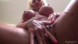 La bodybuildeuse américaine Ashlee Chambers caresse son gros clitoris - Vidéo porno hd