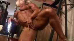 La femme bodybuildeuse britannique Lisa Cross se masturbe pendant ses exercices - Vidéo porno hd