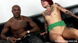 Une rouquine avec des seins plats s'affronte à un noir avec une grosse bite - Film porno hd 1080p - #02