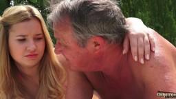 Ce vieux baise une jolie jeune blonde dans son jardin - Vidéo porno hd - #02