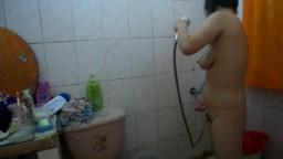 Il espionne sa copine taiwanaise dans la douche - Vidéo porno hd