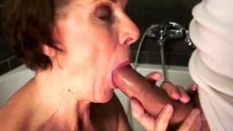 De bons coups de bites dans la chatte poilue d'une grand-mère cochonne - Vidéo porno - #01
