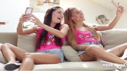 Les soeurs jumelles Dellai font un trio avec Angelo Godshack - Vidéo porno hd