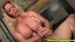 La milf cougar à gros seins Amber Lynn Bach branle une bite - Vidéo porno hd
