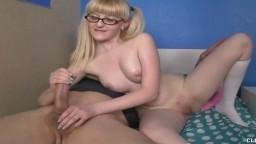 La jeune binoclarde Krystal Orchid apprend à branler une bite - Vidéo porno hd