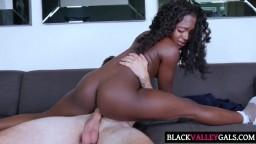 Couple interracial avec la jeune black Noemie Bilas - Vidéo porno hd