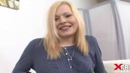 Des ritales font passer un casting à une super grande femme blonde - Vidéo porno hd