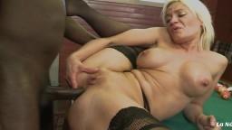 Un noir sodomise la française Cameron St. Claire avec sa grosse bite sur la table de billard - Vidéo porno hd