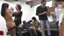 Une soirée d'anniversaire entre français se termine en partouze échangiste - Vidéo porno hd - #02