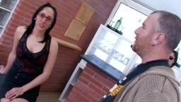Une brunette argentine à forte poitrine se fait baiser dans un bar - Vidéo porno hd