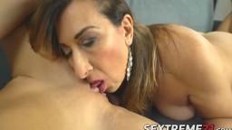 Une grand-mère lesbienne donne une leçon de sexe à la chaude russe Kitana Lure - Vidéo porno hd