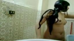 Cette jeune arabe branche sa webcam dans la douche pour se masturber - Vidéo porno - #02