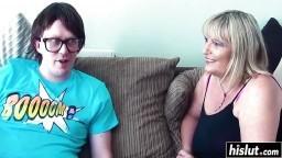 Un jeune geek prend une leçon de sexe avec la mature britannique Alisha Rydes - Vidéo porno - #01
