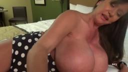 La femme mûre Casey James joue avec ses énormes nichons devant sa webcam - Vidéo porno hd - #02