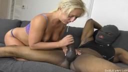 Une salope écossaise suce la bite black d'un mec cagoulé - Vidéo porno - #02