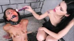 Une petite brune lesbienne esclave en Bdsm de sa dominatrice - Vidéo porno hd