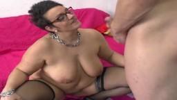 La grosse milf française Kelly de La Rochelle adore le sexe anal - Vidéo porno hd