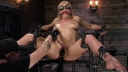 La milf Cherie Deville se fait torturer pendant un bdsm dans un donjon - Vidéo porno hd