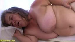 Une vieille naine très moche se fait fourrer dans la cuisine - Vidéo porno hd