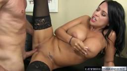 Lacie James séduit avec ses gros seins et sa chatte humide - Vidéo porno hd