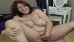 Une grosse femme roumaine s'enfonce des doigts dans la chatte - Vidéo porno hd