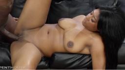 La black Megan Vaughn martelée par une longue et grosse bite noire - Vidéo porno - #02