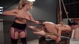 La britannique Jasmine Jae se fait sodomiser par la dominatrice lesbienne Cherie DeVille avec un gode ceinture - Vidéo p