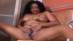Masturbation dans le bain avec la femme mûre latine Sharon - Vidéo porno hd