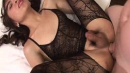 Une jeune ladyboy innocente se fait casser le cul - Vidéo porno hd