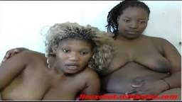 Deux grosses sud africaines se tripotent la chatte à la webcam - Vidéo porno