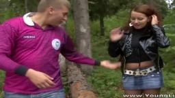 Une jeune libertine amatrice se fait baiser dans une forêt - Vidéo porno hd - #02