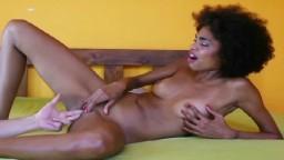 La frêle brésilienne Luna Corazon se masturbe et se fait doigter la chatte - Vidéo porno hd