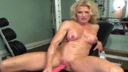 La bodybuildeuse Amanda nous fait un striptease à la salle de sport - Vidéo porno hd - #02