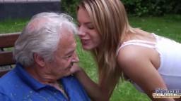 Grand papa éjacule dans la bouche d'une jeune fille après l'avoir baisé - Vidéo porno hd - #02