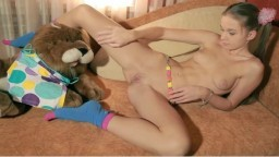 La jeune ukrainienne Taisiya Karpenko dévoile son petit corps à la caméra - Vidéo porno hd